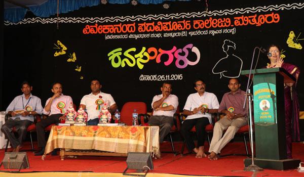 Dr.Meena-Chandaavarkar-speaking